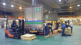 岩手県産業文化センターでは、休み無く救援物資の受け入れを行っていた。