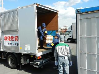伊豆七島海運のコンテナに救援物資を積み込む。