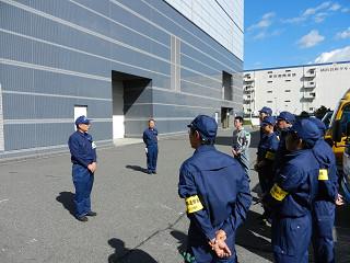 出発準備を終え、東ト協五十嵐常務理事からの挨拶を受ける輸送隊員