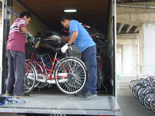 限られたスペースに自転車を積み込むには技術が求められる