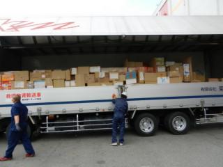 箱ごとに荷姿の異なる義援物資を荷崩れしないよう、丁寧に積み込む