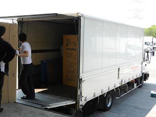 メーカーから提供を受けた大型冷蔵庫を被災地へ運ぶ