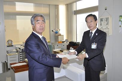 協定書を取り交わす東ト協大髙会長と東京都川澄福祉保健局長